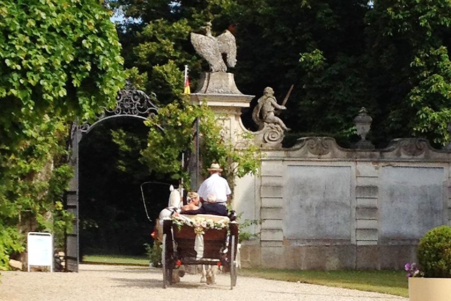 Hochzeit Kutsche im Schlosspark Halbturn
