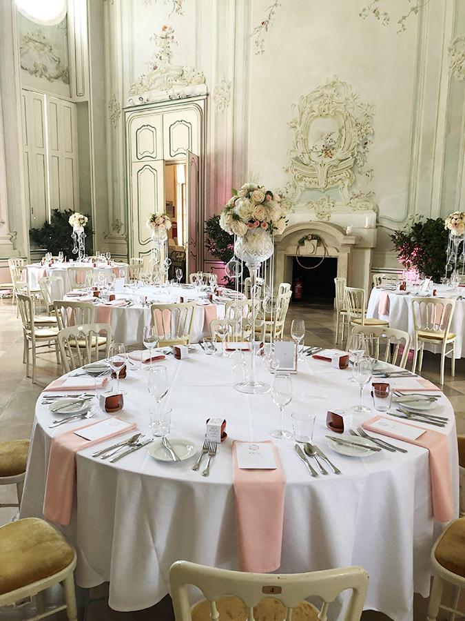 Hochzeit mit rosa Dekoration im Freskensaal auf Schloss Halbturn