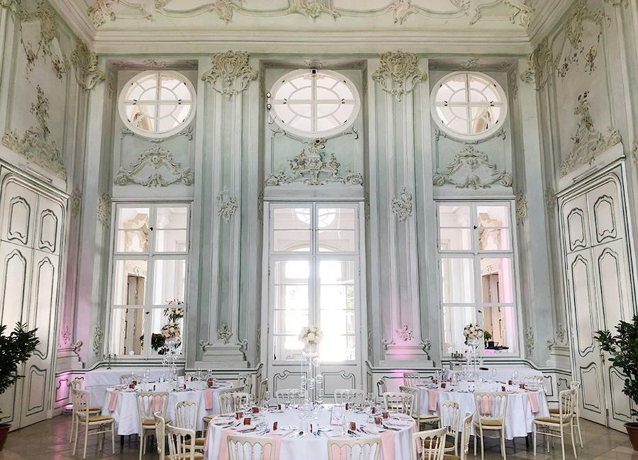 Hochzeit mit rosa Blumen im Freskensaal auf Schloss Halbturn
