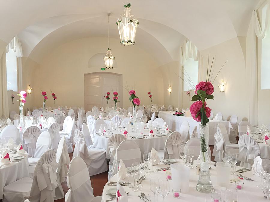 Hochzeit mit pinken Hortensien in den Festsälen auf Schloss Halbturn