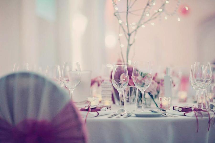Hochzeit mit pinker Dekoration in den Festsälen auf Schloss Halbturn