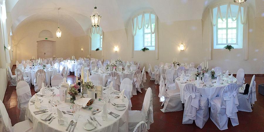 Hochzeit mit rosa Blumen in den Festsälen auf Schloss Halbturn