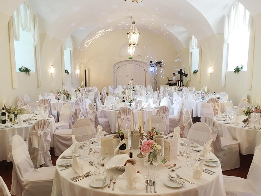 Hochzeit mit rosa Hortensien in den Festsälen auf Schloss Halbturn