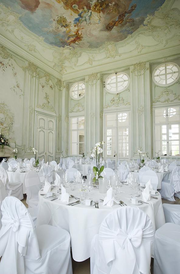 Hochzeit mit Orchideen im Freskensaal auf Schloss Halbturn