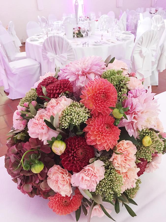 Hochzeit mit bunte Blumen in den Festsälen auf Schloss Halbturn