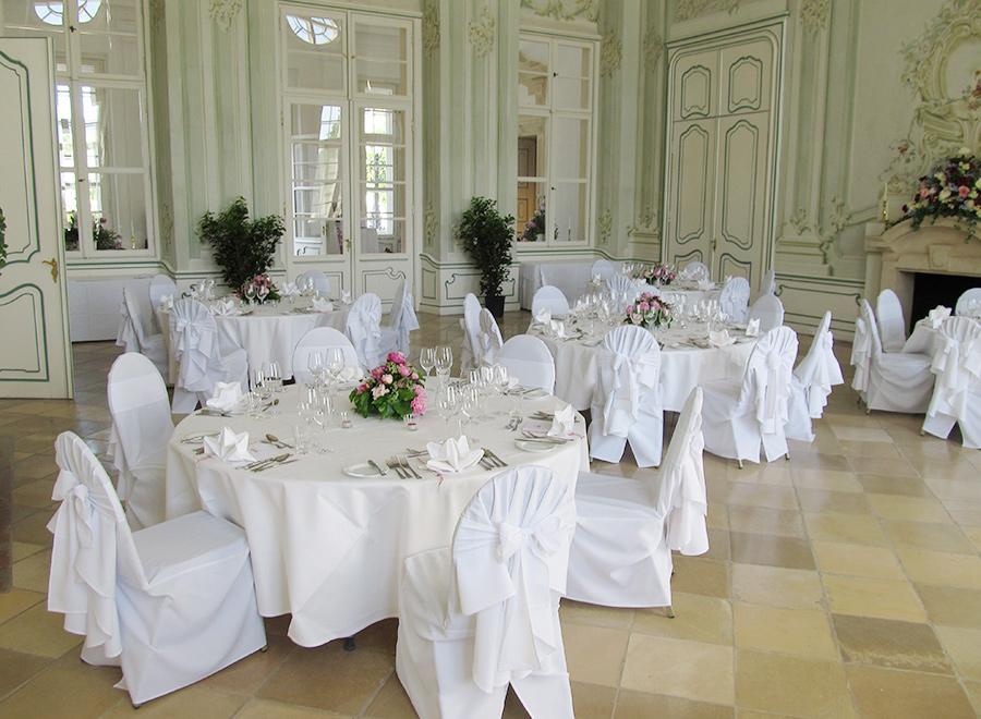 Hochzeit mit pinken Blumen im Freskensaal auf Schloss Halbturn