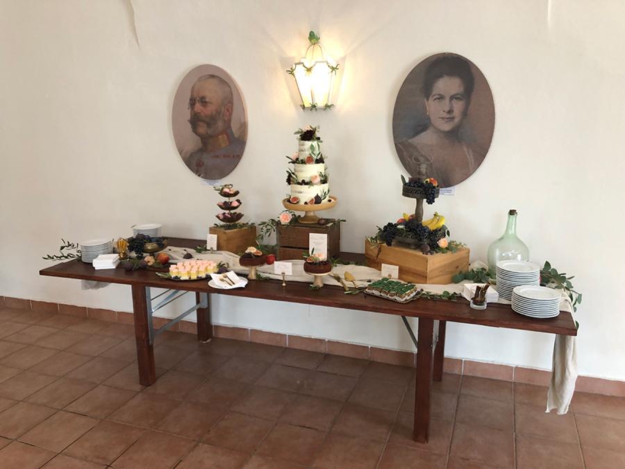Hochzeittorte auf Sideboard in den Festsälen auf Schloss Halbturn