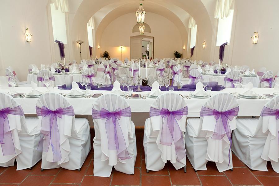 Hochzeit mit lila Schleifen in den Festsälen auf Schloss Halbturn
