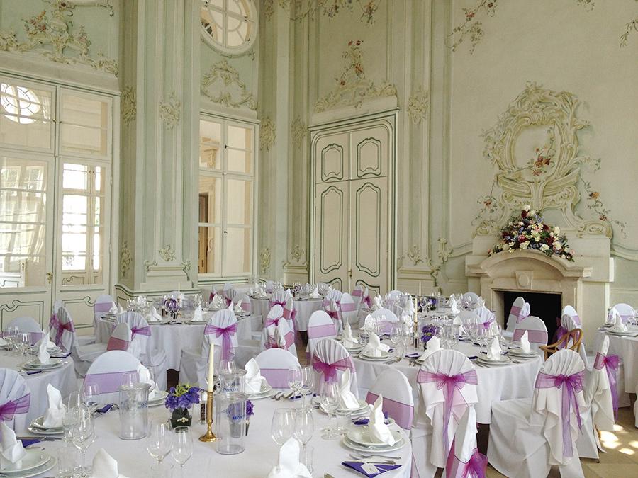 Hochzeit mit pink Dekoration im Freskensaal auf Schloss Halbturn