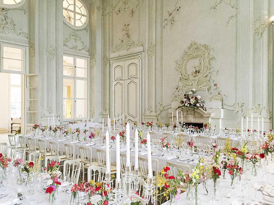 Hochzeit mit bunten Blumen im Freskensaal auf Schloss Halbturn