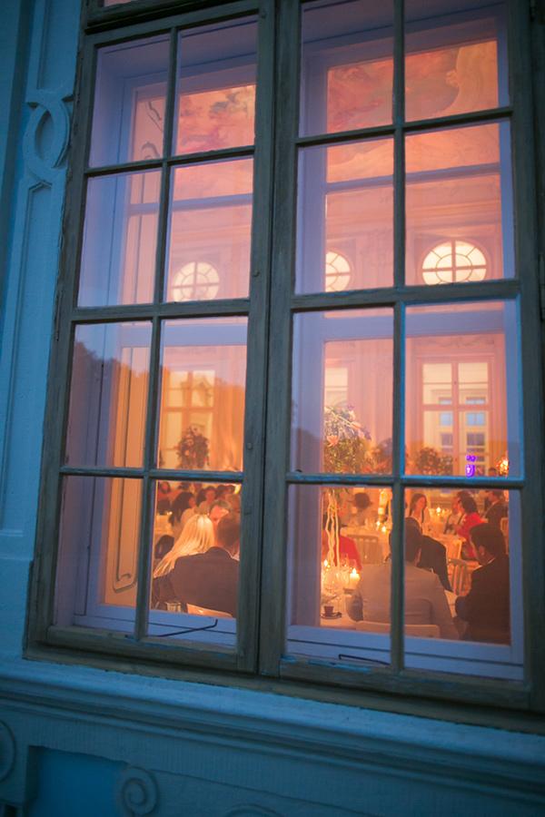 Blick durch das Fenster auf Hochzeit im Freskensaal auf Schloss Halbturn