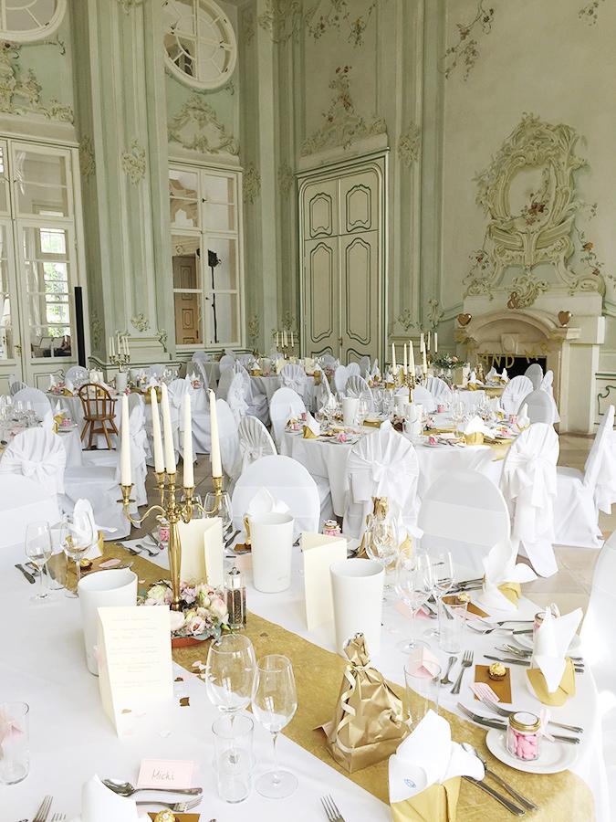 Hochzeit mit goldener Dekoration im Freskensaal auf Schloss Halbturn