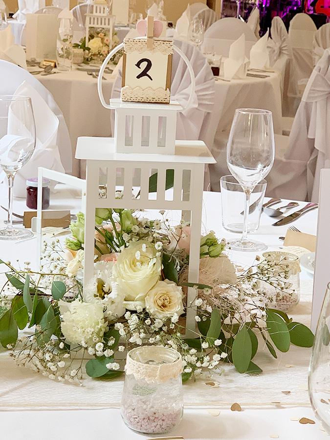 Hochzeit mit weißen Rosen in den Festsälen auf Schloss Halbturn