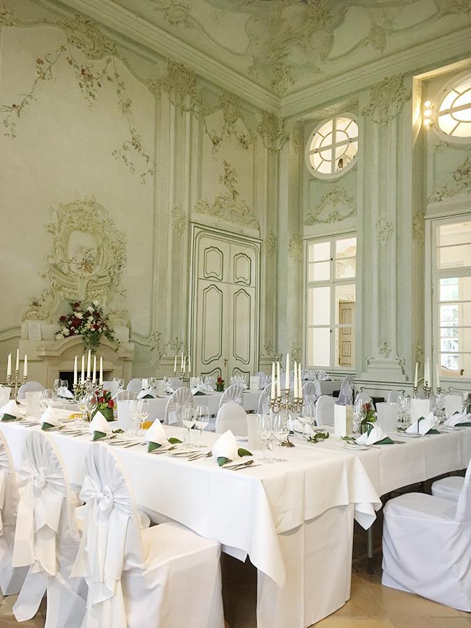 Hochzeitstafel mit grüner Dekoration im Freskensaal auf Schloss Halbturn