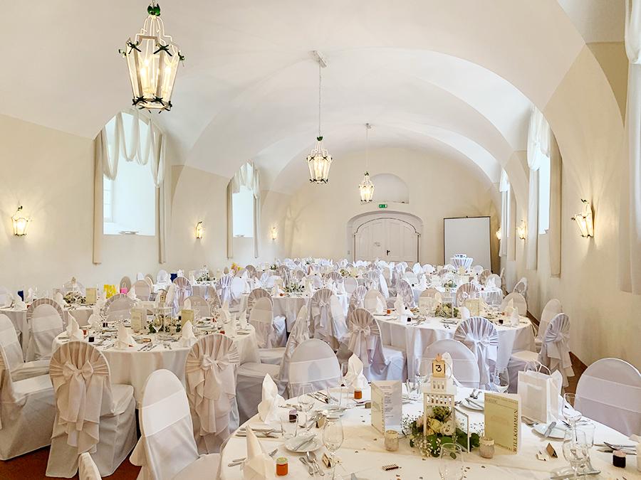 Hochzeit mit runden Tischen in den Festsälen auf Schloss Halbturn