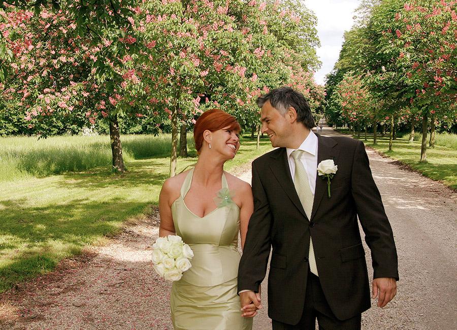 Glückliches Brautpaar in der Kastanienallee auf Schloss Halbturn