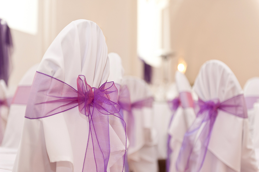 Hochzeit mit pinken Schleifen in den Festsälen auf Schloss Halbturn