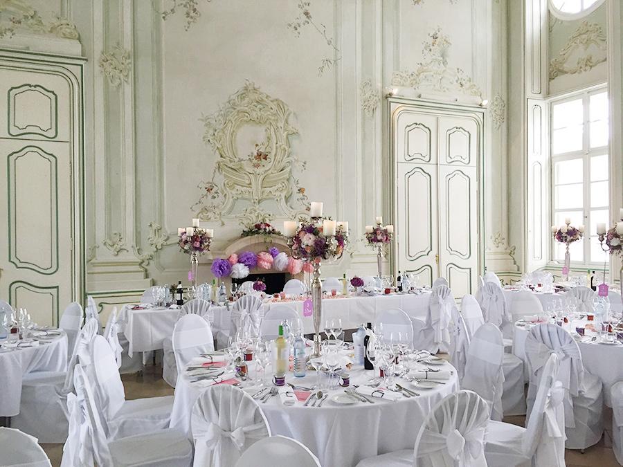 Hochzeit mit rosa-lila Dekoration im Freskensaal auf Schloss Halbturn
