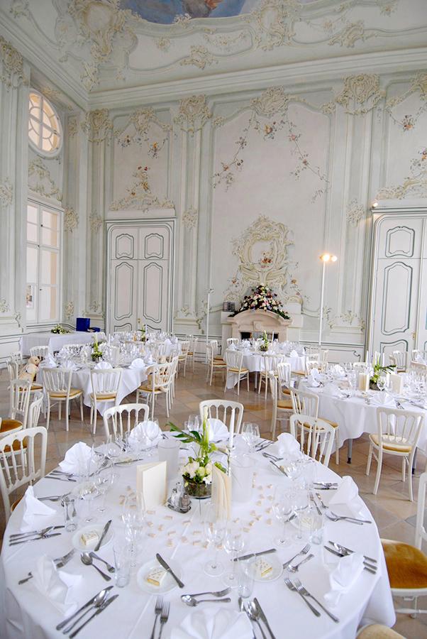 Hochzeit mit cremefarbener Dekoration im Freskensaal auf Schloss Halbturn