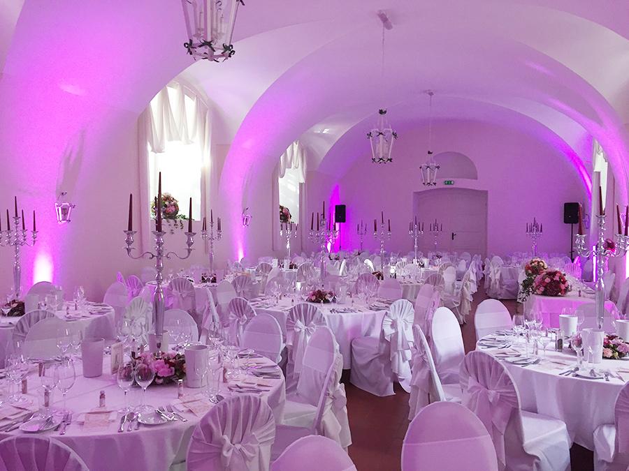 Hochzeit mit pinkfarbener Beleuchtung in den Festsälen auf Schloss Halbturn