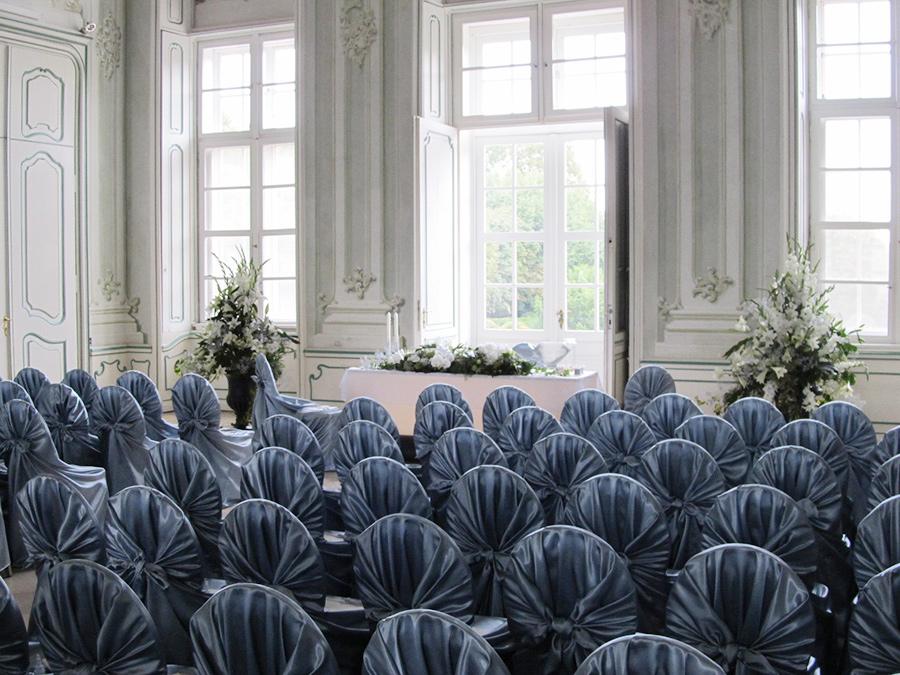 Hochzeit mit silbernen Sesselhussen im Freskensaal auf Schloss Halbturn