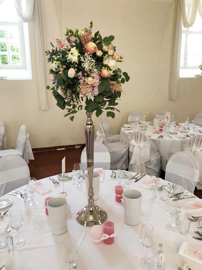 Hochzeit mit rosa Kerzen in den Festsälen auf Schloss Halbturn