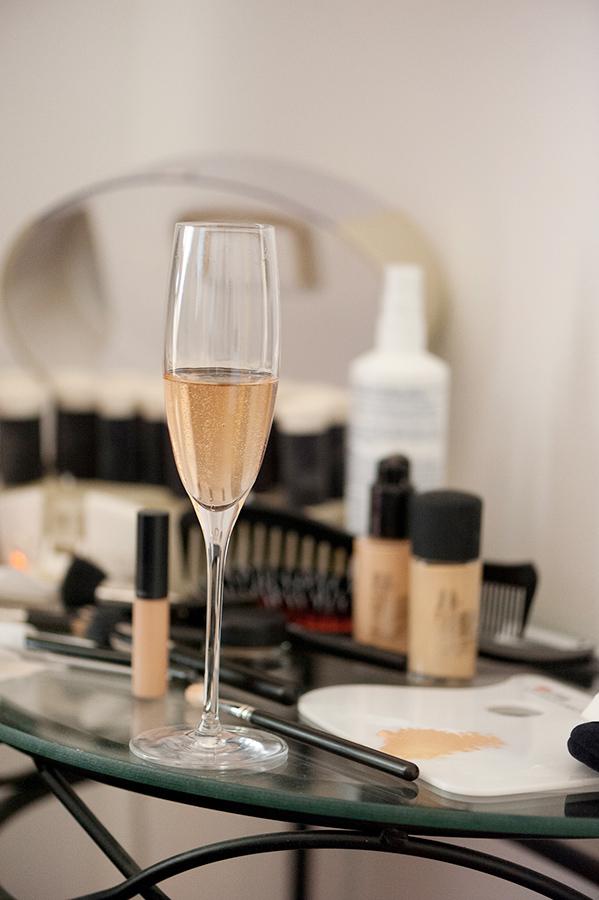 Sektglas und Makeup-Utensilien fürHochzeit auf Schloss Halbturn