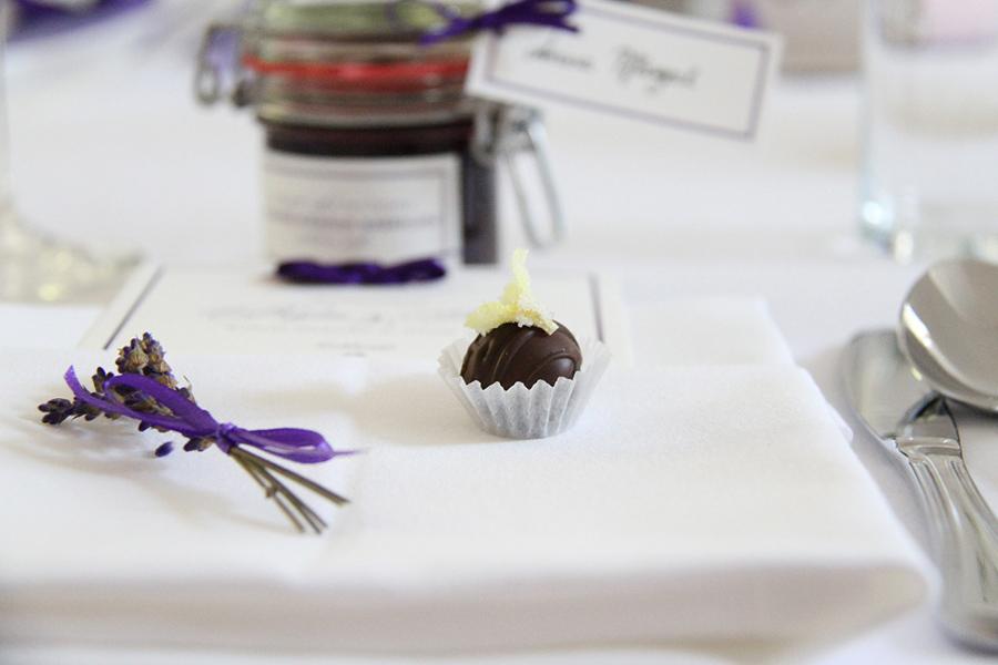 Hochzeitsdekoration mit Lavendel und Praline in den Festsälen auf Schloss Halbturn