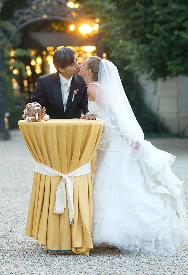 Küssendes Brautpaar im Ehrenhof auf Schloss Halbturn