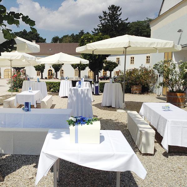 Agape im Innenhof bei Hochzeit auf Schloss Halbturn