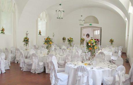 Hochzeit mit Lilien im Saal Maestoso auf Schloss Halbturn