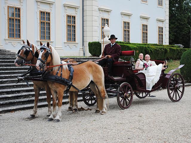 Hochzeitskutsche vor Schloss Halbturn