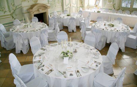 Gedeckte Tische bei Hochzeit im Freskensaal auf Schloss Halbturn