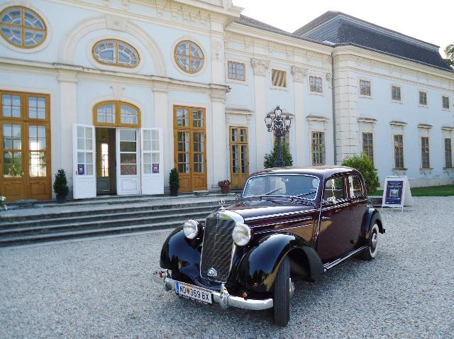 Oldtimer vor Schloss Halbturn