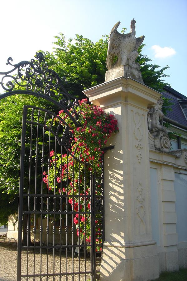 Torbogen mit Rosen auf Schloss Halbturn